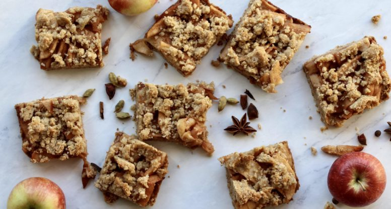 Streusel Apple Pie Bars | sarahaasrdn.com